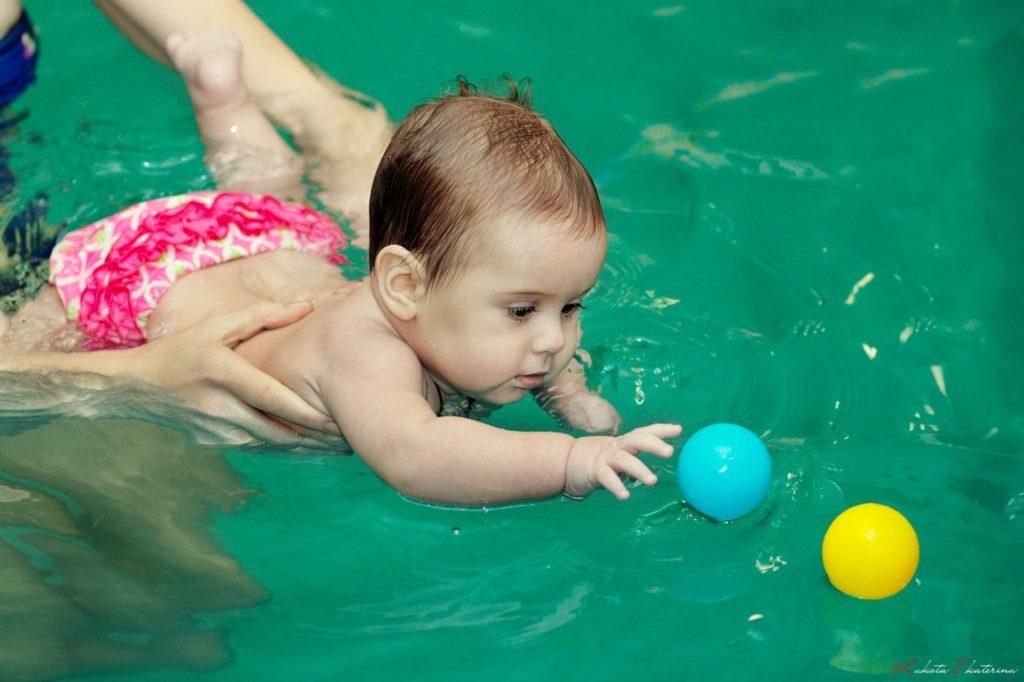 Учите детей плавать