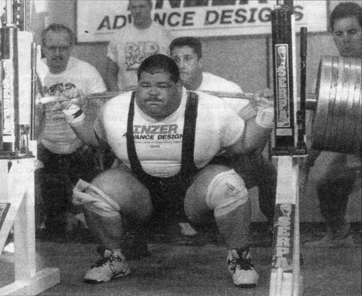 Шэйн Хаммон выполняет глубокий присед, прежде чем устремиться вверх с весом в половину тонны на спине в марте 1996г